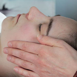 eine Klientin erhält von Diana eine Reiki-Kopf-Behandlung