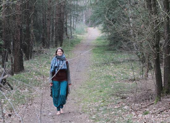 """Diana läuft barfuß auf einem Waldweg """"Reiki-Pfad"""""""