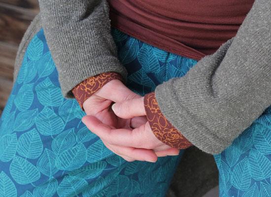 Dianas Hände liegen in Meditation auf ihrem Schoß verschränkt